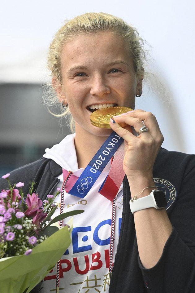 Tenistka Kateřina Siniaková pózuje se zlatou medailí z ženské čtyřhry v Praze po příletu z olympijských her v Tokiu.