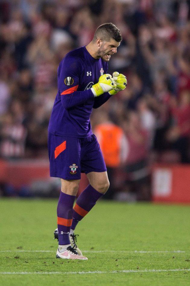 Brankář Southamptonu Fraser Forster oslavuje vítězství nad Spartou.