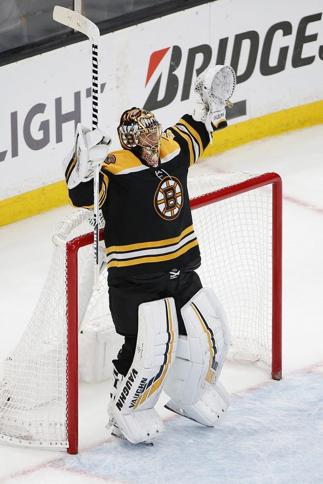 Brankář hokejistů Boston Bruins Tuukka Rask (40) oslavuje postup do 2. kola play off NHL přes Toronto.