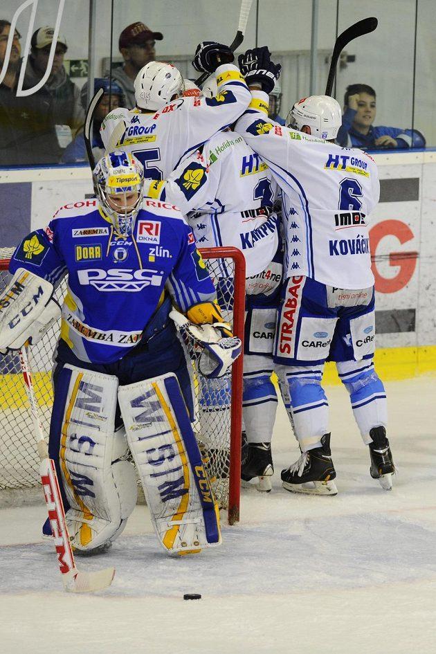 Hráči Komety se radují z gólu, vlevo je zlínský brankář Libor Kašík.