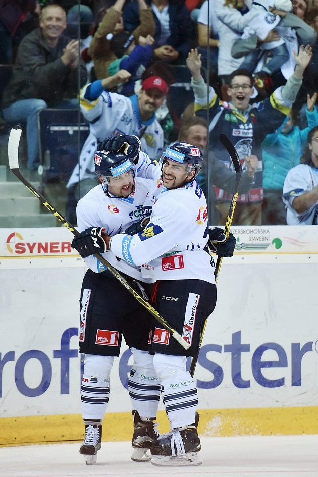 Liberečtí hokejisté Lukáš Krenželok (vlevo) a Petr Jelínek se radují z gólu proti Mladé Boleslavi.