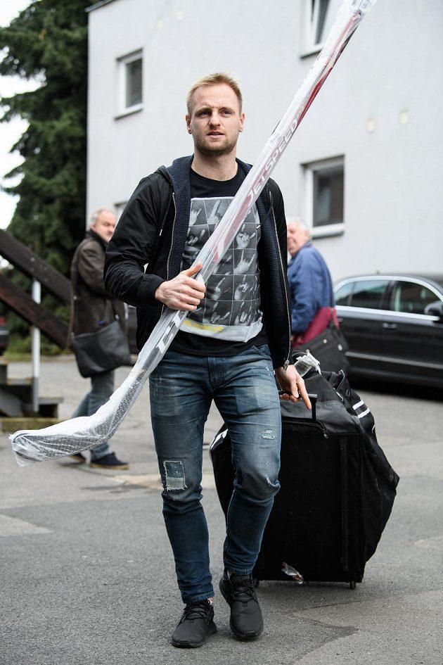 Jakub Jeřábek přichází na sraz hokejové reprezentace před turnajem Beijer Hockey Games.