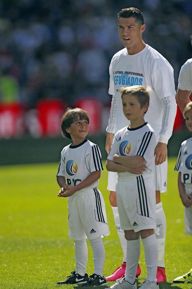 Portugalský útočník Cristiano Ronaldo se synem syrského fotbalového trenéra Usáma Abdula Mohsena Zaídem.