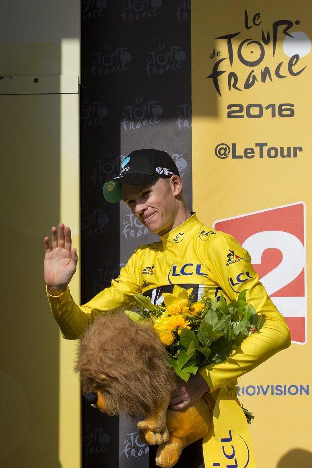 Britský cyklista Chris Froome slaví vítězství v 18. etapě Tour de France.