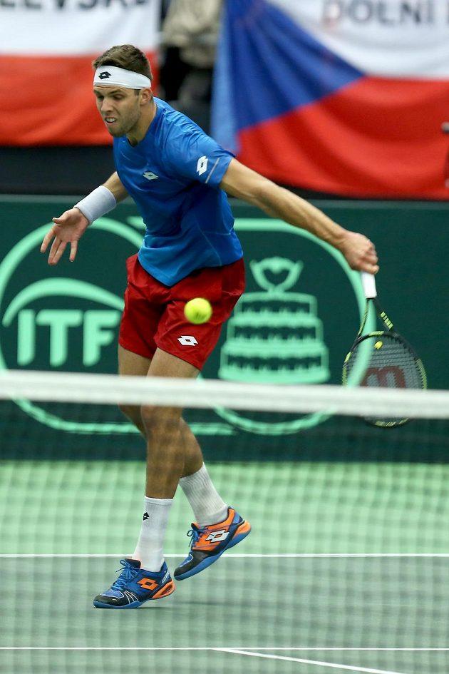 Český tenista Jiří Veselý v zápase s Francouzem Jo-Wilfriedem Tsongou ve čtvrtfinále Davisova poháru.
