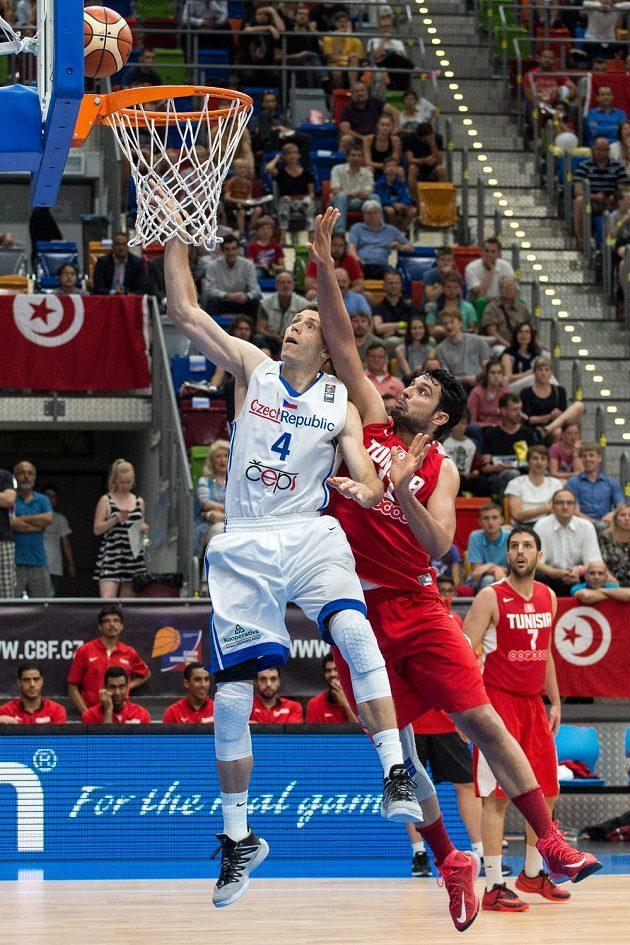 Český basketbalista Petr Benda (vlevo) a Mokhtar Ghayaza z Tuniska.