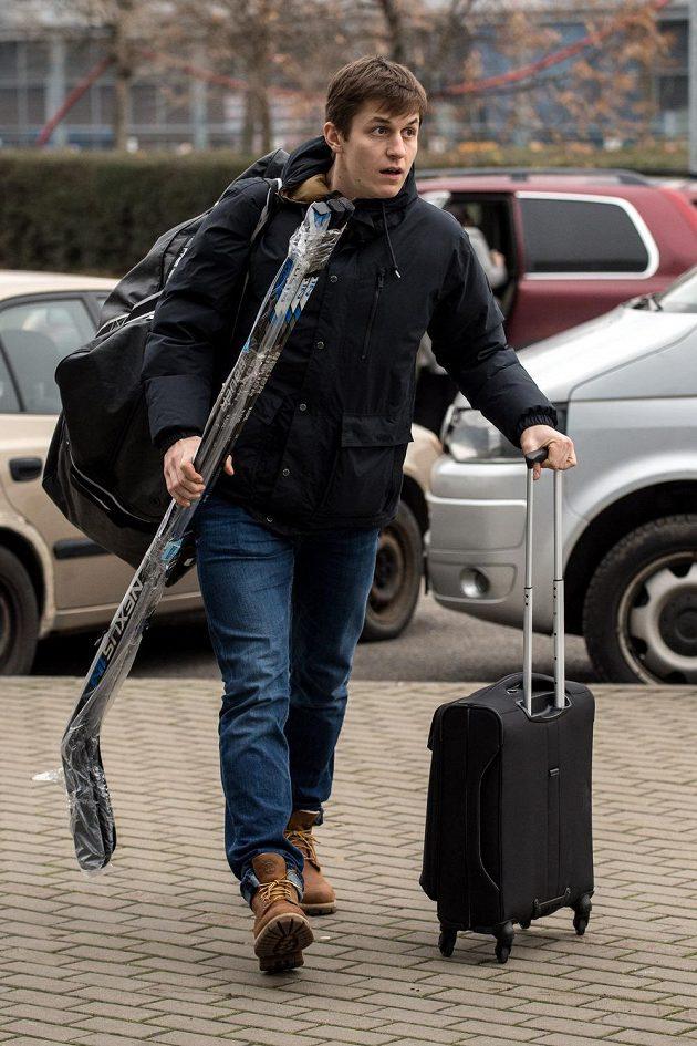 Útočník Lukáš Radil přichází na sraz hokejové reprezentace v pražských Letňanech.