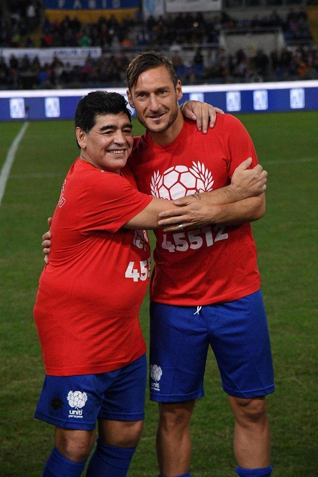 Legendární Diego Armando Maradona (vlevo) a Francesco Totti před charitativním zápasem.