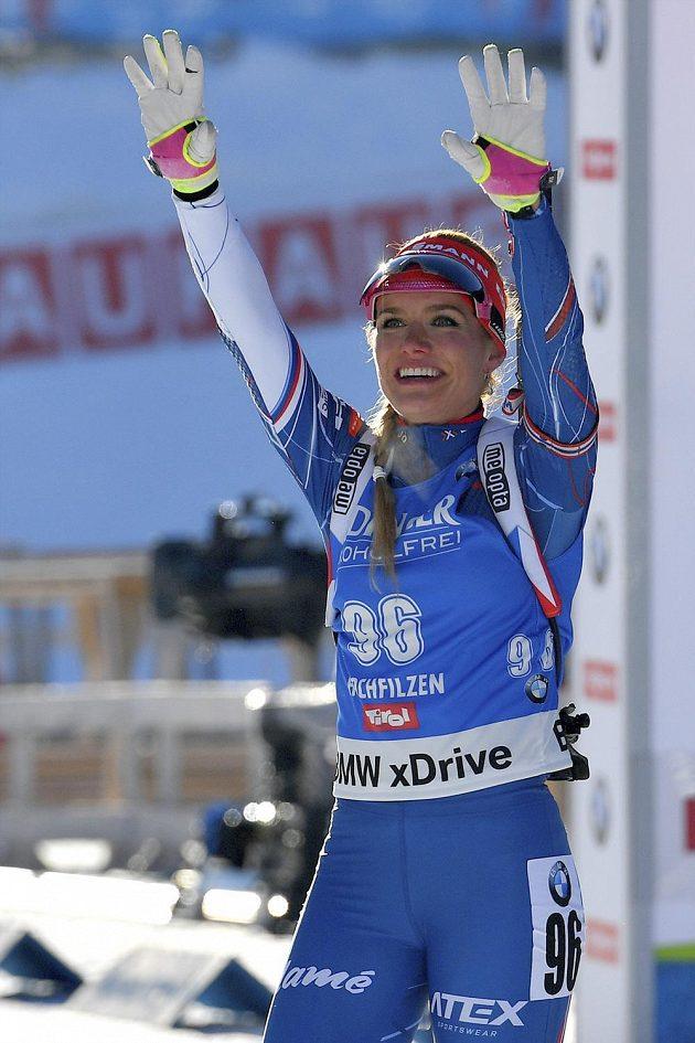 Radostné gesto biatlonistky Gabriely Koukalové po vítězství ve sprintu na 7,5 kilometru na mistrovství světa v Hochfilzenu.
