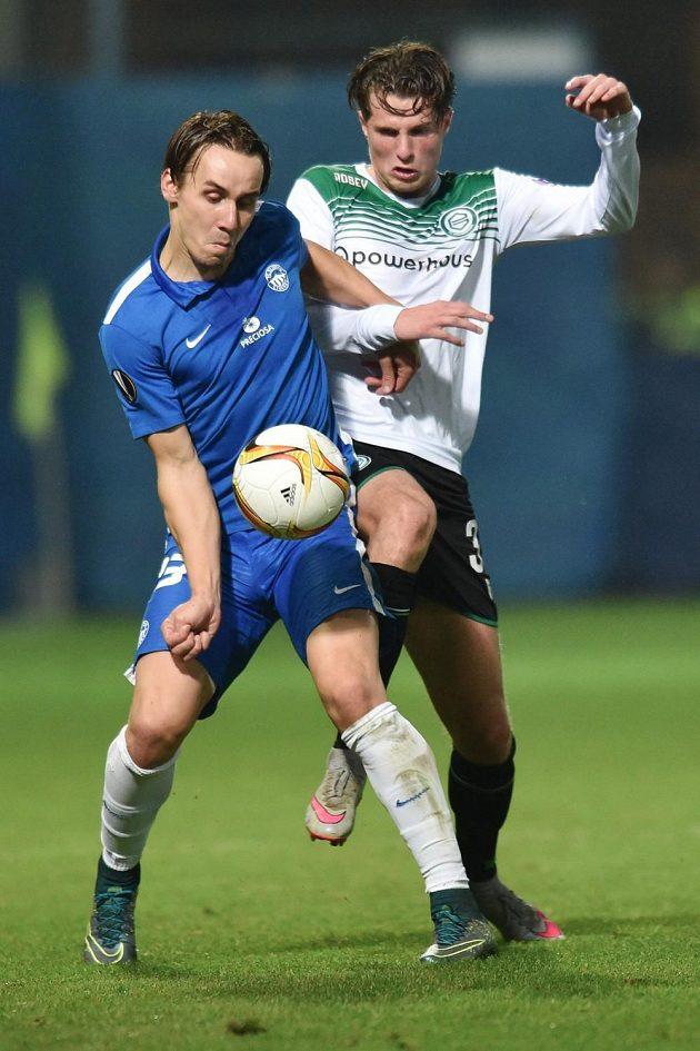 Liberecký útočník Josef Šural (vlevo) a obránce Groningenu Hans Hateboer v utkání Evropské ligy.