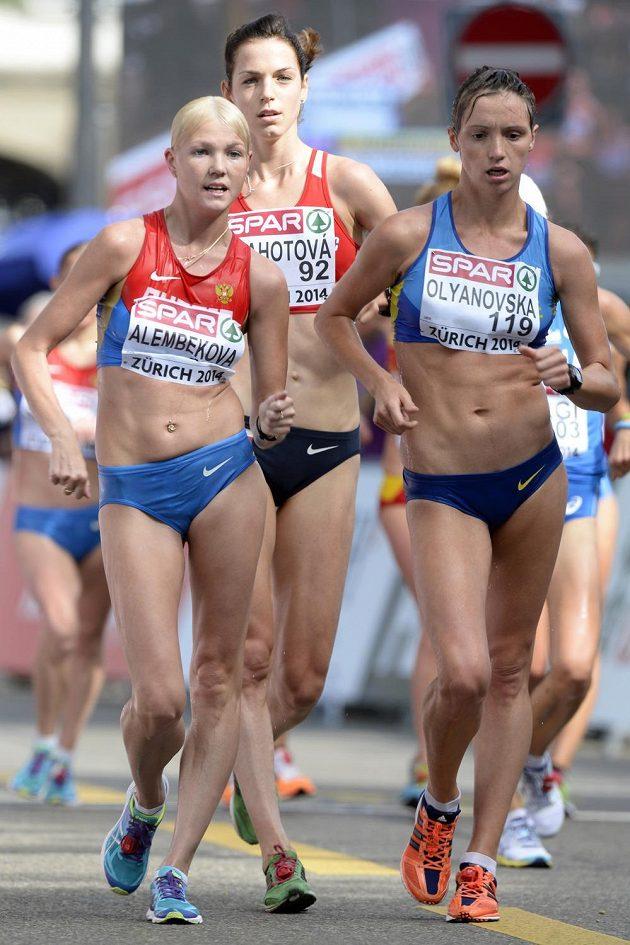 Vítězka závodu chůze na 20 km Elmira Alembekovová (vlevo), druhá Ljudmila Oljanovská z Ukrajiny (vpravo) a bronzová Češka Anežka Drahotová.
