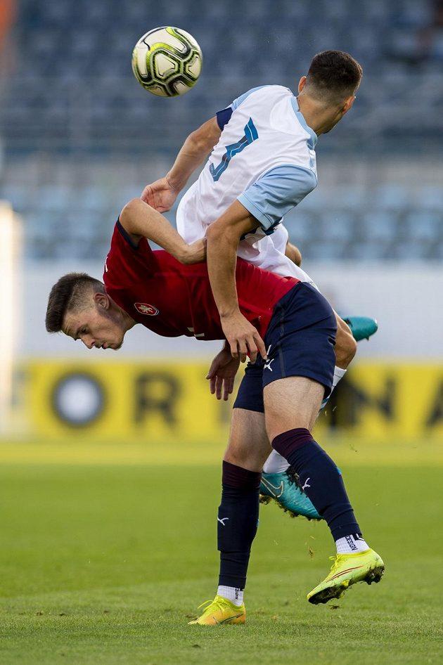 Zleva Daniel Fiala z ČR a Dušan Stojinović ze Slovinska v utkání skupiny G kvalifikace na ME 2023 fotbalistů do 21 let.
