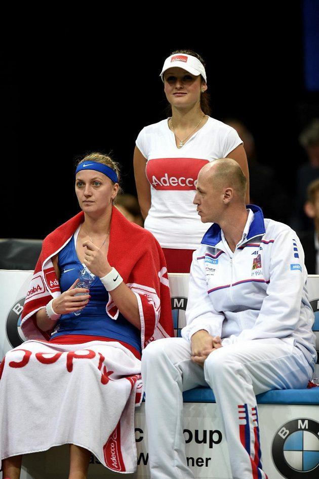 Kapitán Petr Pála a Petra Kvitová během utkání s Andreou Petkovicovou ve finále Fed Cupu.
