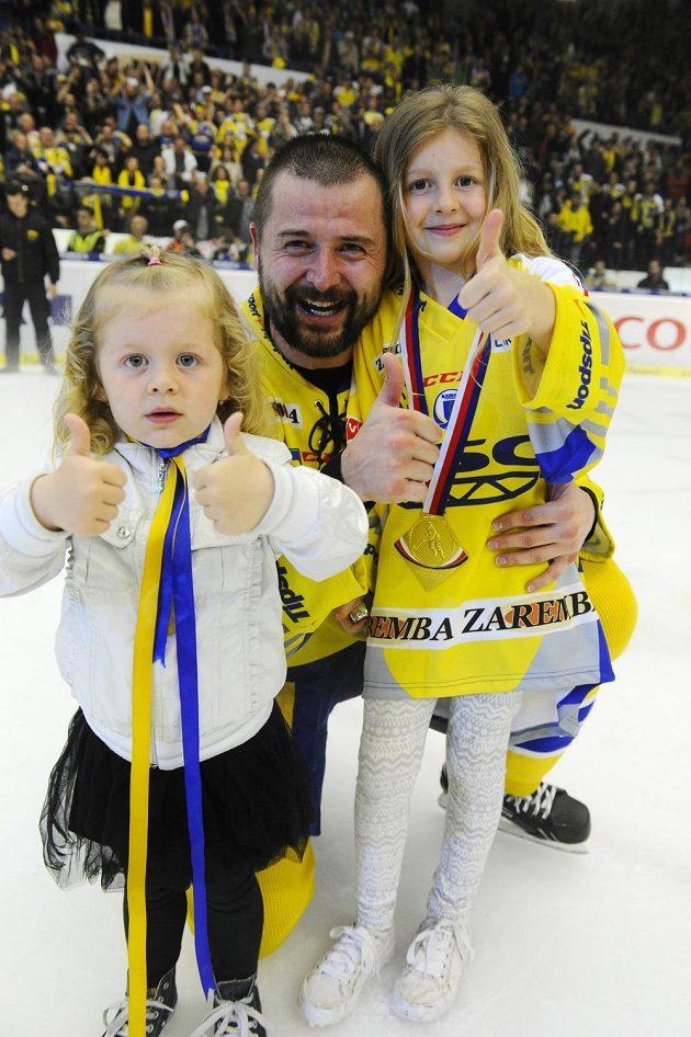 Zlínský obránce Jiří Marušák s dětmi slaví mistrovský titul.