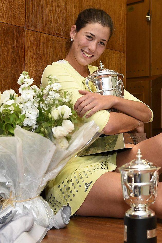Garbiňe Muguruzaová pózuje s trofejí pro vítěze French Open.