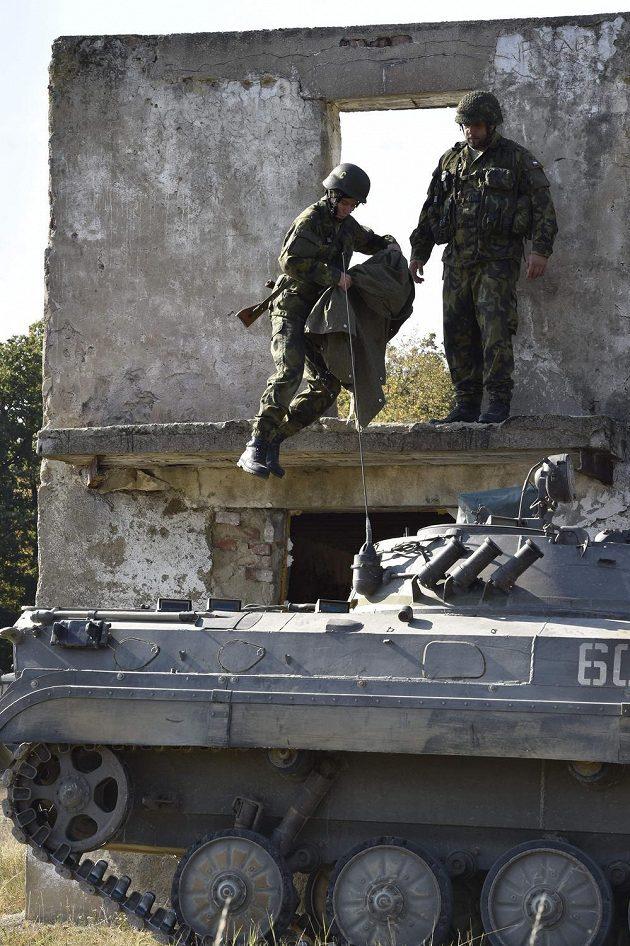 Atlet Pavel Maslák při nácviku zneškodnění tanku.