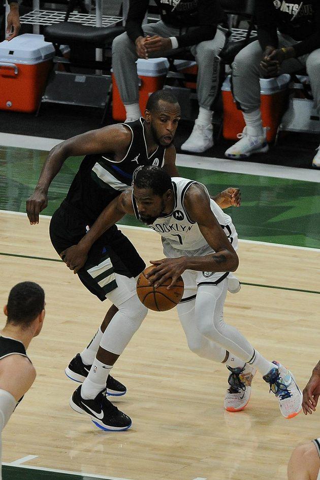 Kevin Durant (7) z Brooklynu a Khris Middleton (22) z Milwaukee.