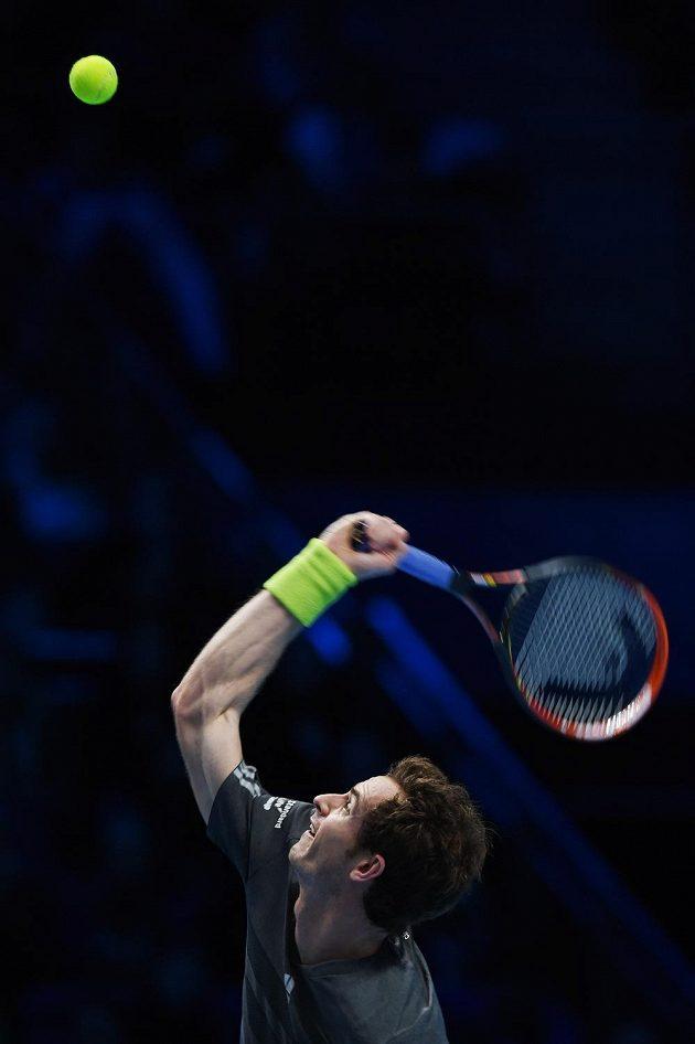 Andy Murray podává v duelu s Kanaďanem Milosem Raonicem.