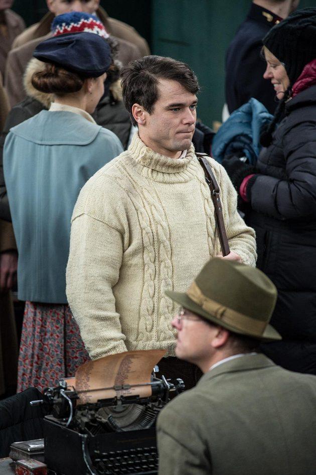 Vavřinec Hradilek během natáčení filmu Tenkrát v ráji na Masarykově nádraží v Praze.