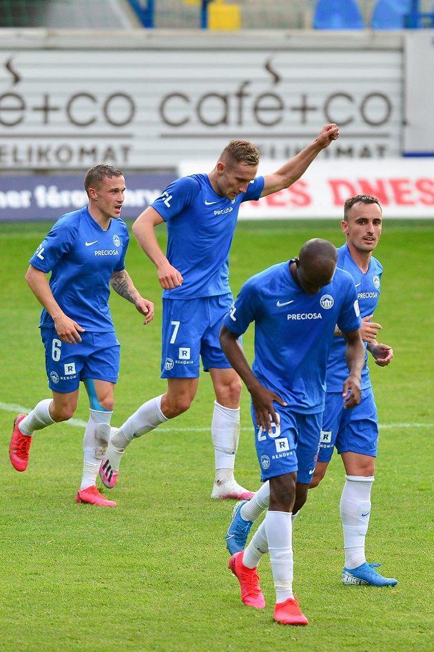 Jan Kuchta z Liberce (druhý zleva) se raduje z gólu.