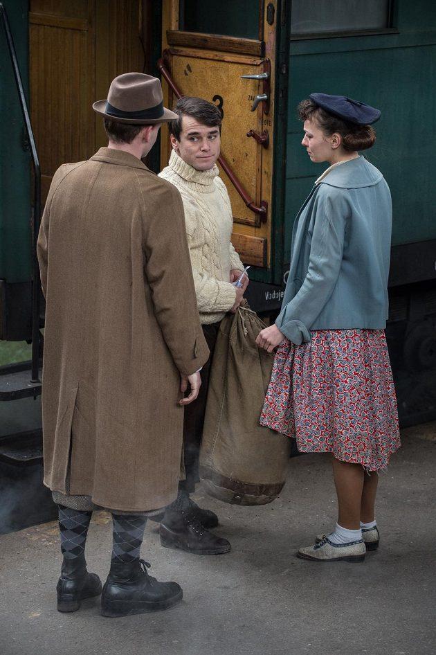Scéna z filmu Tenkrát v rájí. Joska Smítko ztvárněný Vavřincem Hradilkem se na nádraží loučí s kamarády.