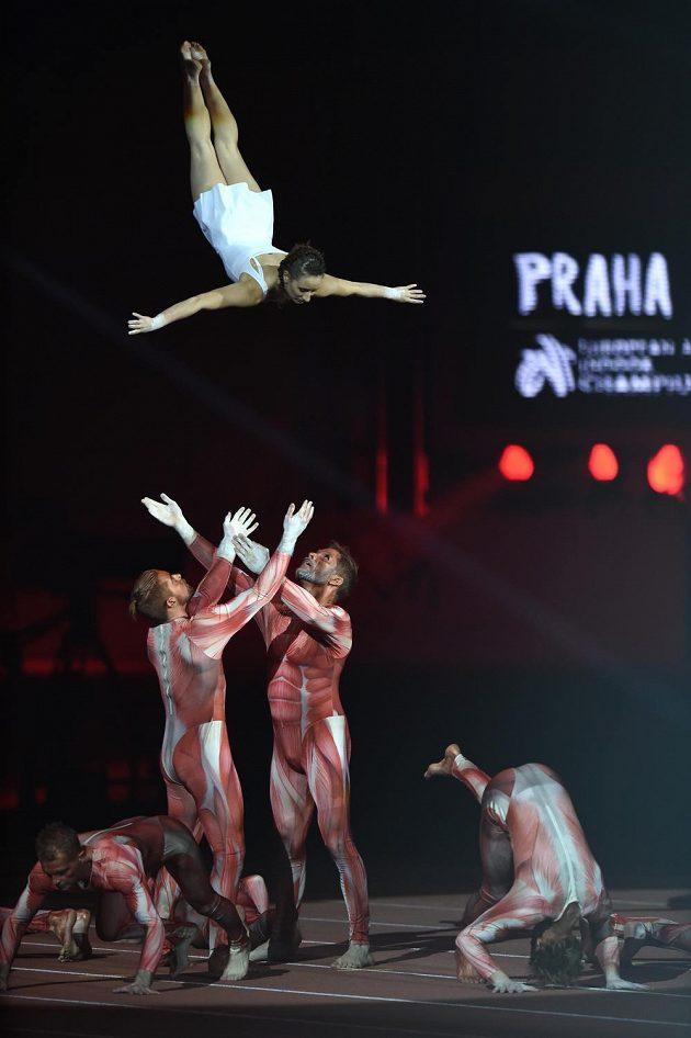 Akrobatické kousky byly k vidění během slavnostního zahájení halového mistrovství Evropy v atletice v pražské O2 areně.