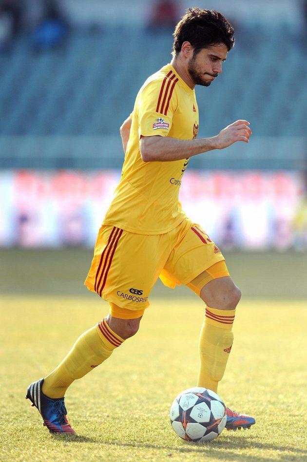 Obránce pražské Dukly José Antonio Romera v utkání 19. kola Gambrinus ligy proti Jihlavě.