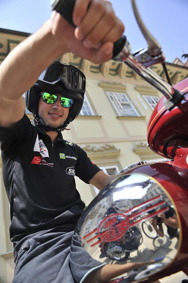 Jakub Kornfeil na motocyklu Jawa 350.