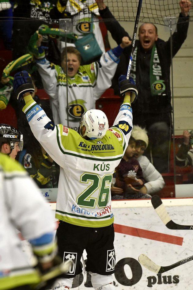 Karlovarský Jaroslav Kůs se raduje z gólu proti Litvínovu.