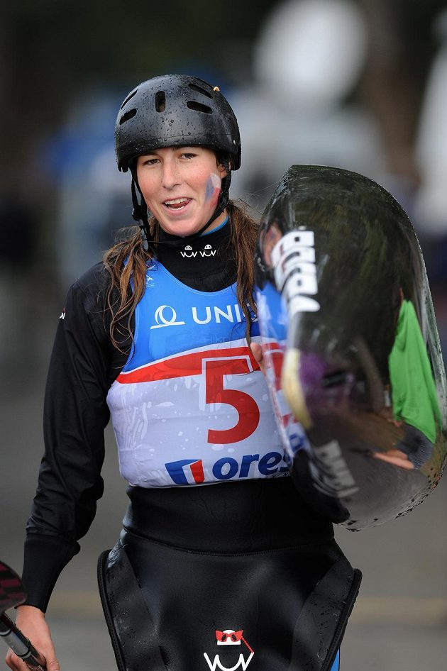 Česká kajakářka Kateřina Kudějová v kvalifikaci mistrovství světa ve vodním slalomu v Praze-Troji.