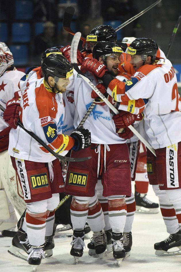 Hráči Olomouce se radují z druhého gólu Tomáše Rachůnka.