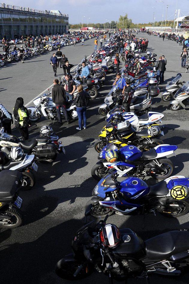 Všichni účastníci, kteří si v Brně připoměli italského závodníka Marca Simoncelliho, se ani nevešli na fotku.