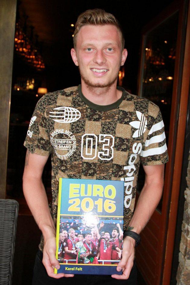 Ladislav Krejčí s knihou EURO 2016.