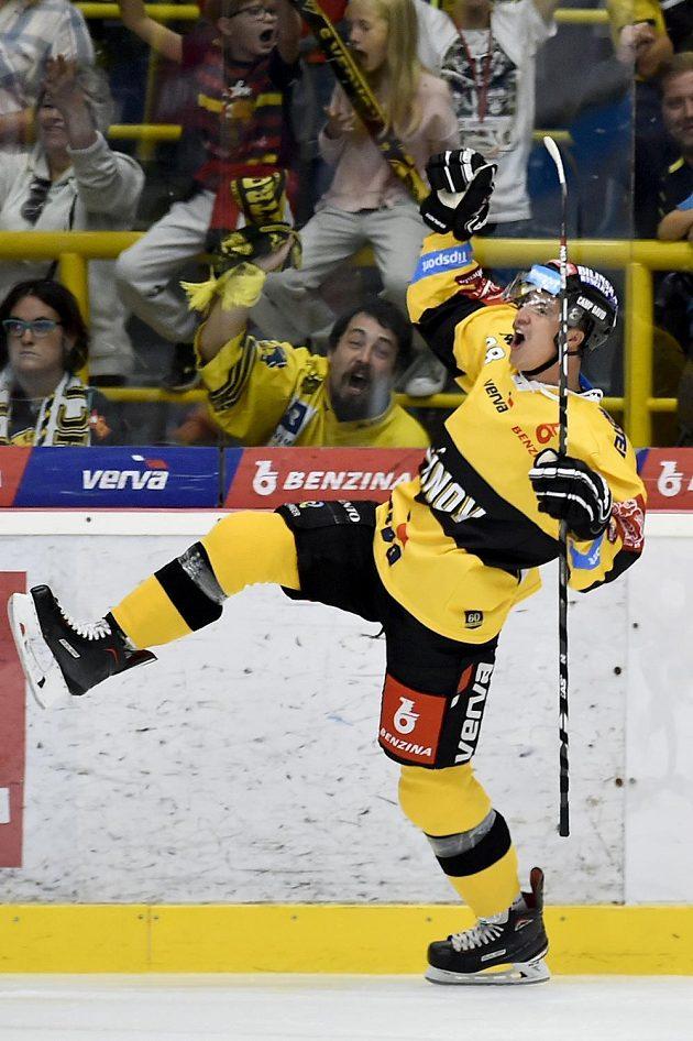 Karel Kubát z Litvínova se raduje z gólu.