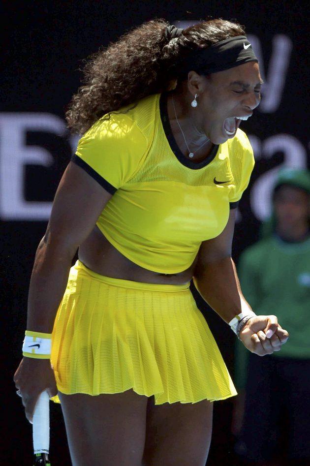 Serena Williamsová se hecuje v utkání 1. kola Australian Open.