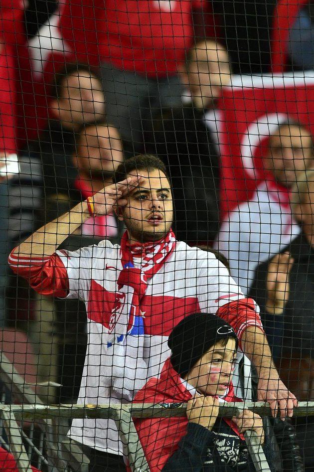 Turečtí fanoušci před zahájením zápasu na Letné. Hosté měli v Praze až nečekaně početnou podporu.