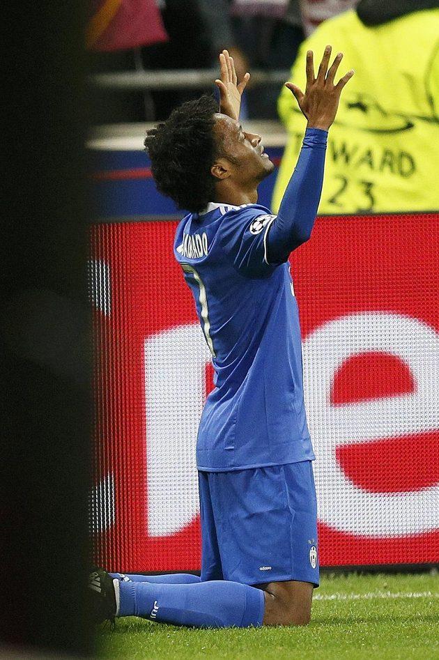 Záložník Juventusu Juan Cuadrado se raduje z gólu proti Lyonu.