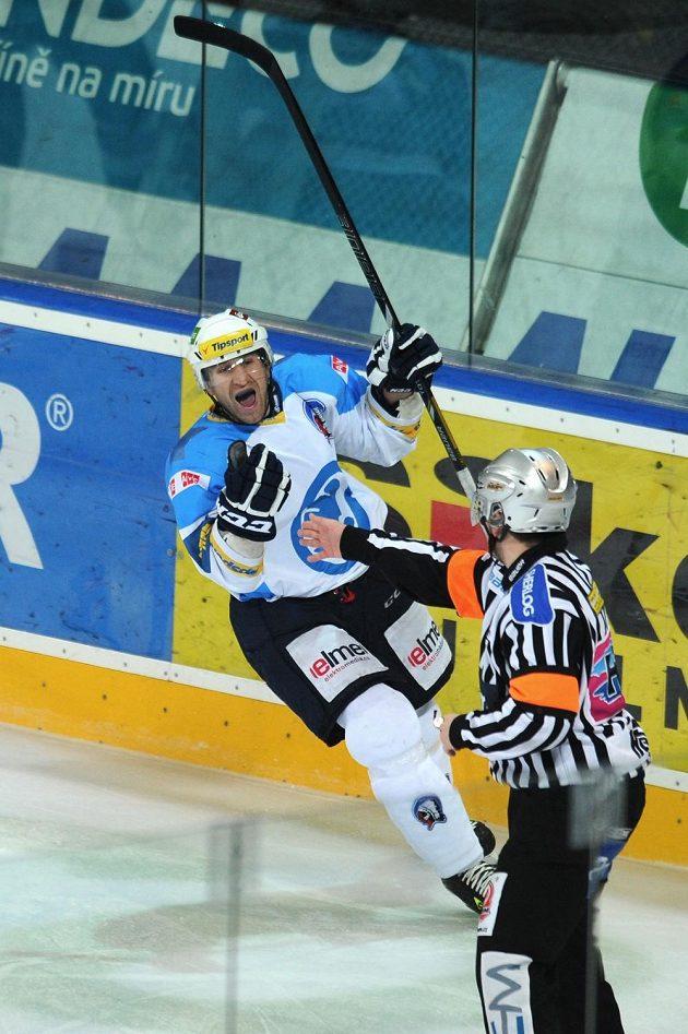 Útočník Václav Pletka (vlevo) vstřelil druhý gól Plzně na ledě Sparty.