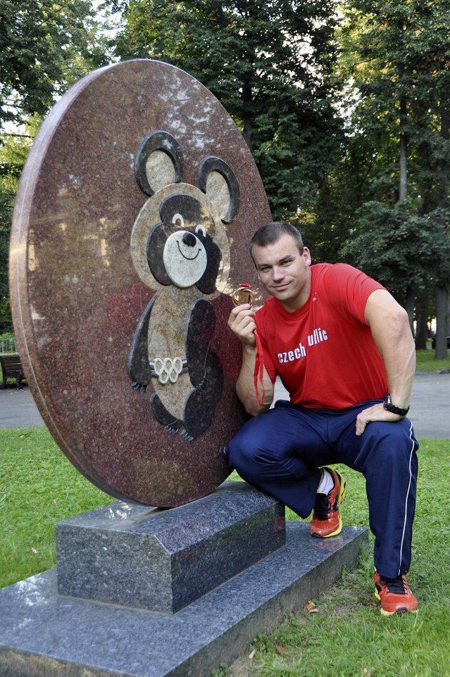 Kladivář Lukáš Melich u maskota olympijských her 1980 v Moskvě s bronzovou medailí, kterou ve své disciplíně vybojoval na MS v atletice v ruské metropoli.