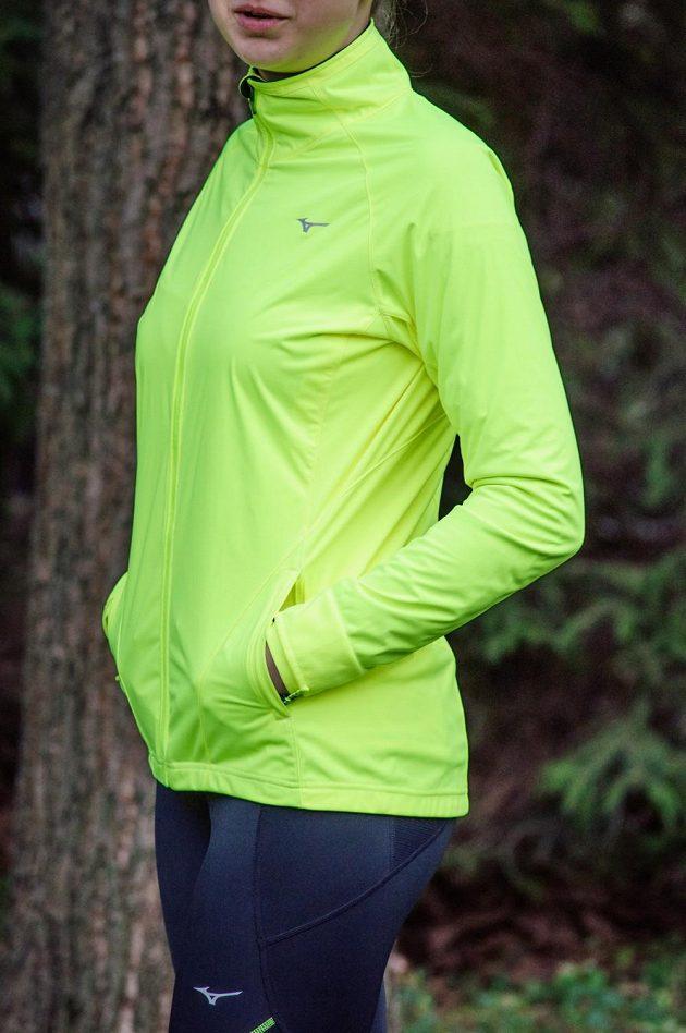 Běžecká bunda Mizuno Alpha Softshell Jacket - dvě velké praktické kapsy.