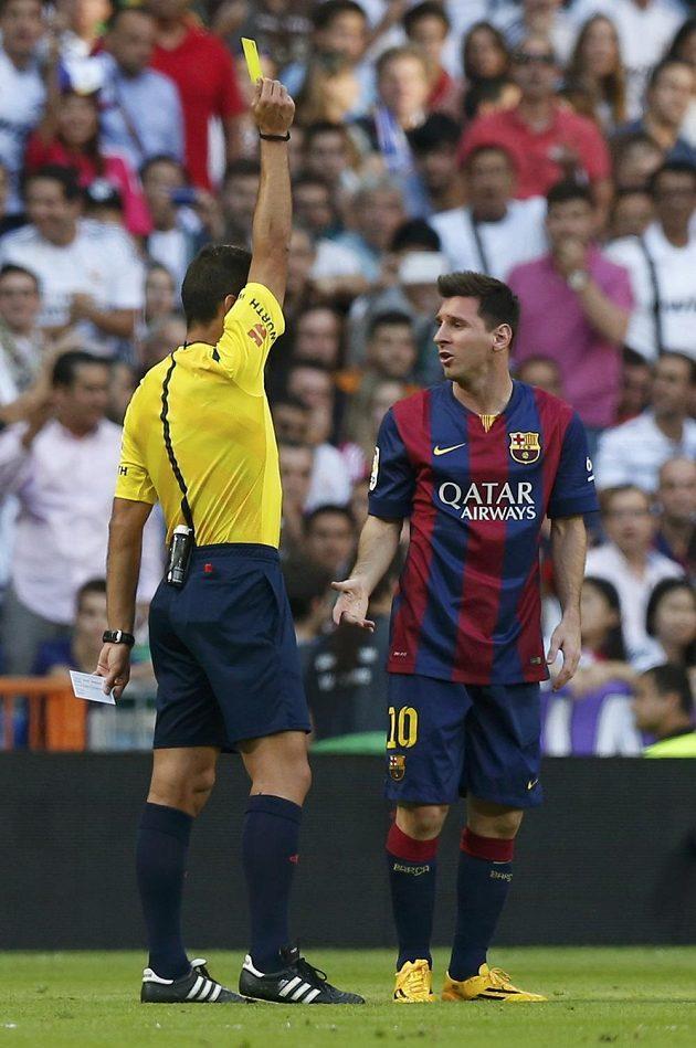 Rozhodčí Gil Manzano uděluje žlutou kartu Lionelu Messimu z Barcelony během utkání proti Realu Madrid.