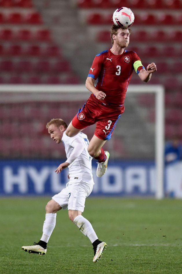 Český obránce Tomáš Kalas (nahoře) a Angličan Alex Pritchard v přípravném utkání týmů do 21 let v Praze.
