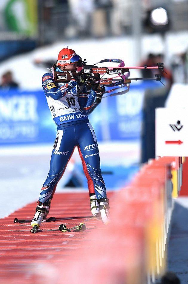 Veronika Vítková při střelbě během sprintu v Novém Městě na Moravě.
