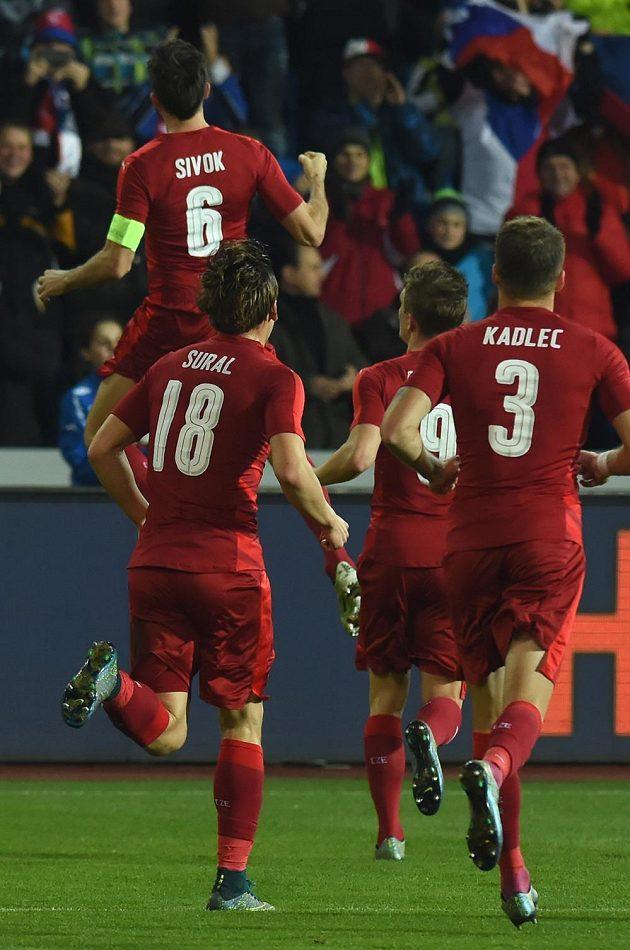 Kapitán české fotbalové reprezentace Tomáš Sivok (vlevo) oslavuje se svými spoluhráči gól proti Srbsku.
