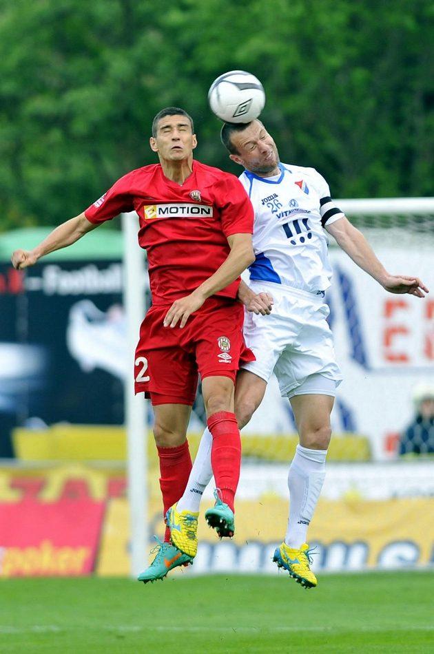 Obránce Baníku Benjamin Vomáčka (vpravo) a útočník Zbrojovky Miroslav Marković v dohrávce 25. kola Gambrinus ligy.