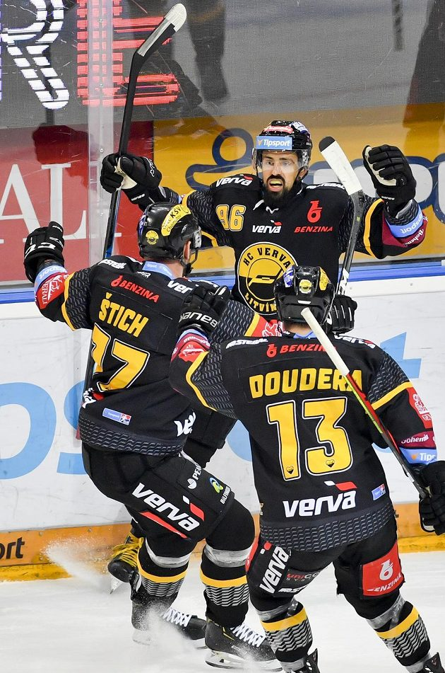 Richard Jarůšek z Litvínova (vzadu) se raduje z vyrovnávacího gólu.
