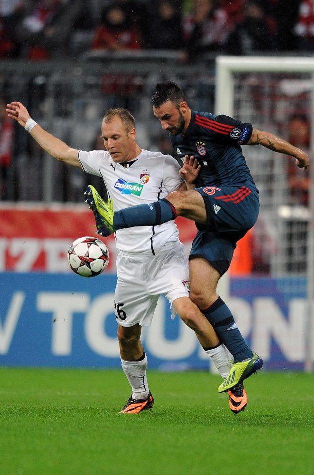 Contento z Bayernu Mnichov (vlevo) a plzeňský záložník Daniel Kolář během utkání základní skupiny Ligy mistrů.