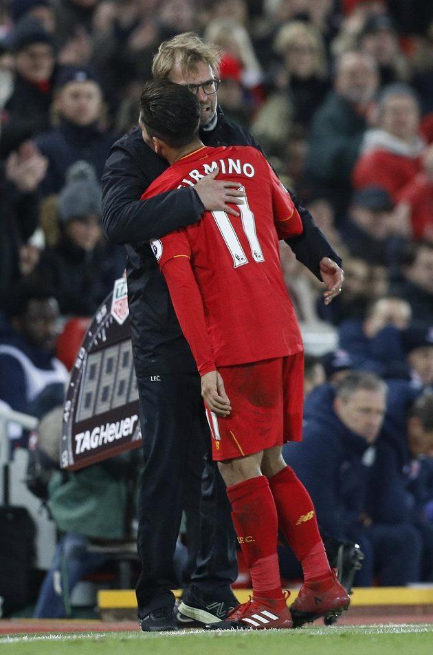 Trenér Liverpoolu Jürgen Klopp objímá při střídání Roberta Firmina.