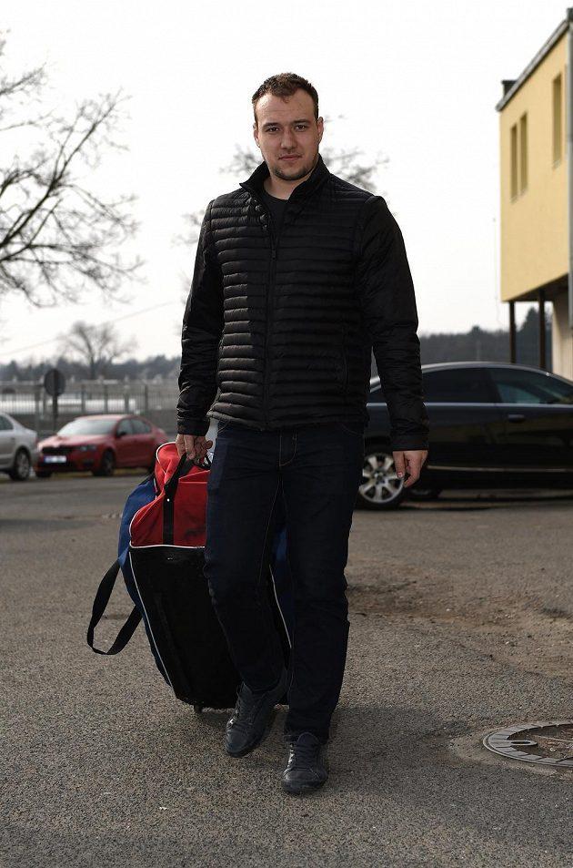 Jan Kovář přichází na kemp hokejové reprezentace.