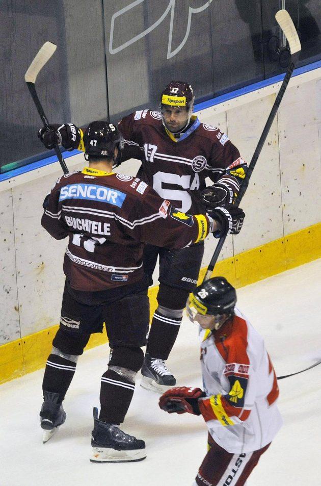 Útočníci Sparty Jaroslav Hlinka (vpravo) a Jan Buchtele se radují z gólu na ledě Olomouce.